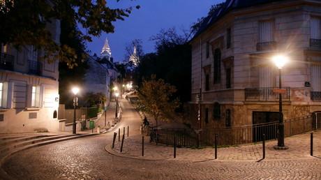 Une rue vide à Montmartre, un soir de couvre-feu d'octobre 2020 (image d'illustration).