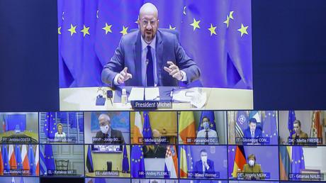 Un écran affiche les participants au sommet réunis par visioconférence, avec en haut le président du Conseil européen Charles Michel, à Bruxelles, le 21 janvier 2021.