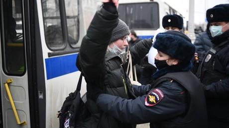 Une policière interpelle un participant à une manifestation non autorisée en soutien à Alexeï Navalny, le 23 janvier à Moscou.