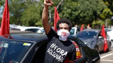 Un manifestant dont le T-shirt indique «Dehors Bolsonaro», lors d'une mobilisation motorisée contre la gestion de la pandémie par le président brésilien, à l'appel d'organisations de gauche, à Brasilia le 23 janvier 2021.