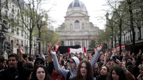Des centaines d'étudiants manifestent contre la réforme des universités.
