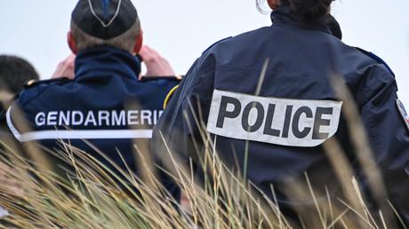 Un gendarme et une fonctionnaire de police surveillent les côtes près de Calais alors que des migrants tentent la traversée de la Manche vers le Royaume-Uni, janvier 2020 (image d'illustration).