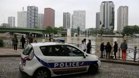 Une voiture de police en patrouille à proximité du quartier de Beaugrenelle à Paris. (Image d'illustration)