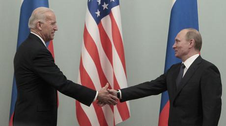 Joe Biden, alors vice-président américain et Vladimir Poutine, alors Premier ministre lors d'une rencontre à Moscou en 2011.