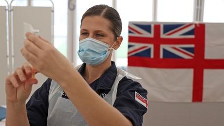 Une soignante de la Royal Navy prépare une injection de vaccin anti-covid AstraZeneca, le 27 janvier, à Bath au Royaume-Uni (image d'illustration).