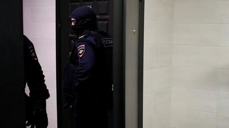 Policiers lors de la perquisition du domicile moscovite d'Alexeï Navalny le 27 janvier (image d'illustration).