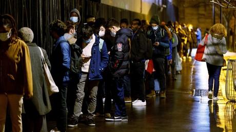 Des étudiants font la queue à Paris pour récolter des colis de nourriture, le 28 janvier 2020.
