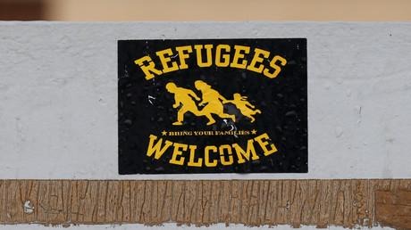Un autocollant de bienvenue aux réfugiés sur la porte d'un centre à Bayonne, qui accueille les migrants arrivés depuis l'Espagne (image d'illustration).