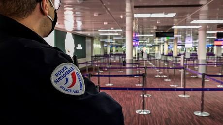Un policier aux douanes de l'aéroport Paris-Charles-de-Gaulle, en novembre 2020 (image d'illustration).