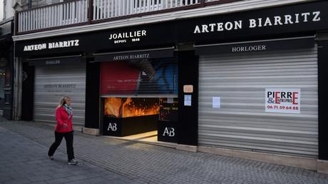 Un magasin fermé à Biarritz afin de respecter le couvre-feu à 18h, le 16janvier 2021 (image d'illustration).