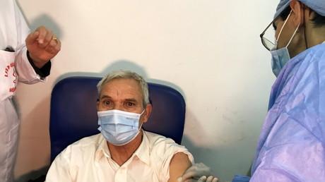 Un homme reçoit une injection du vaccin Spoutnik V à Blida, en Algérie, le 30 janvier 2021.