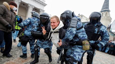 Un homme se fait interpeller par les forces de l'ordre lors du rassemblement à Moscou en soutien de l'opposant russe Alexeï Navalny