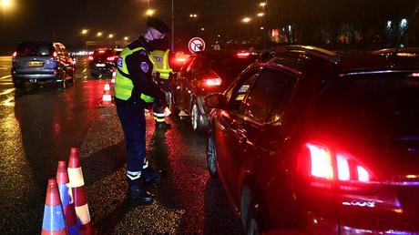 Les forces de l'ordre en train de contrôler les automobilistes après 18h le 31 janvier, à Buchelay, dans les Yvelines.