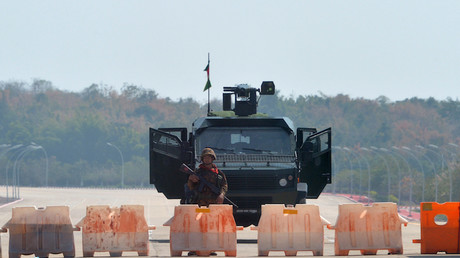 Barrage militaire sur la route qui mène au parlement birman à Naypyidaw le 1 février 2021.