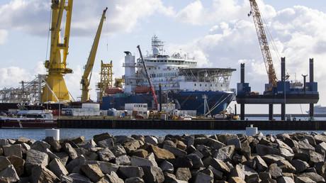 Le navire russe de pose de canalisations Akademik Tchersky aperçu dans le port de Mukran dans le nord-est de l'Allemagne, le 7 septembre 2020.