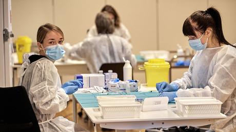 Une équipe médicale prépare des doses du vaccin de Pfizer-BioNTech à Copenhague le 23 janvier 2021 (image d'illustration).