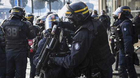 Un policier recharge son arme à Rennes, le 19 janvier 2019, durant une manifestation des Gilets jaunes.