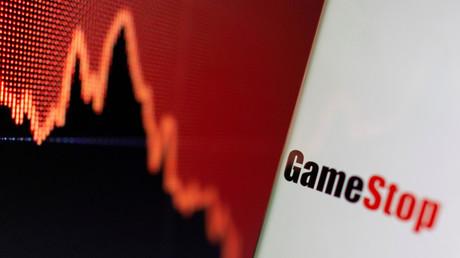 Le logo de GameStop à côté d'un graphique boursier, le 2 février 2021.