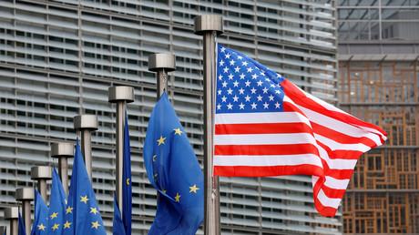 Les drapeaux de l'Union européenne et des Etats-Unis en face de la Commission européenne, le 20février 2017 (image d'illustration).