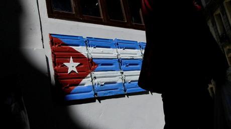 Une femme passe devant un drapeau national cubain à LaHavane, le 20janvier 2021 (image d'illustration).