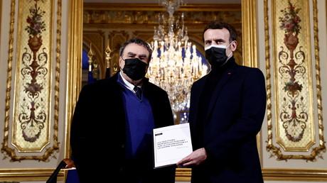 L'historien Benjamin Stora remettant à Emmanuel Macron son rapport sur la colonisation et la guerre d'Algérie, au palais de l'Elysée à Paris, le 20 janvier 2021.