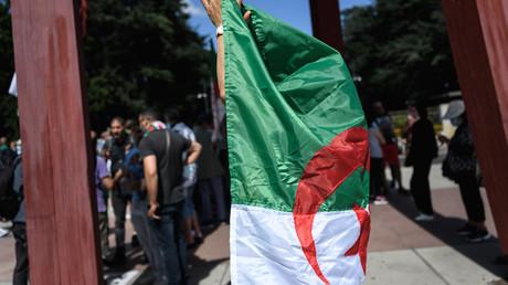 Une femme tient un drapeau algérien (image d'illustration).