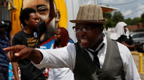 En Louisiane, un homme manifeste dans la rue après qu'Alton Sterling s'est fait tuer par un policier en juillet 2016 (image d'illustration).
