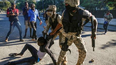 Des agents des forces de l'ordre interpellent un manifestant à Port-au-Prince, en Haïti, le 8 février 2021.