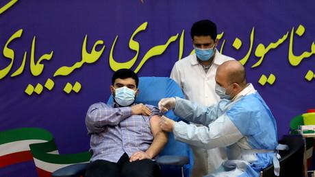 Parsa Namaki, le fils du ministre iranien de la Santé Saeed Namaki a reçu la première dose du vaccin russe.