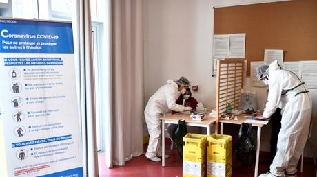 Des agents de santé collectent des échantillons auprès d'élèves dans une école à Paris, le 11février 2021, lors d'une visite du Premier ministre et du ministre de la Santé sur la mise en œuvre des tests salivaires de Covid-19.