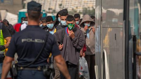 Des migrants dans l'île canarienne de Gran Canaria le 23 novembre 2020.