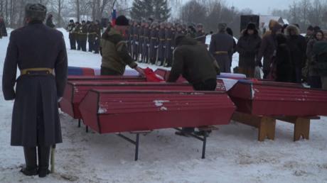 Cérémonie d'inhumation de militaires russes et français tombés durant la retraite de Russie, à Viazma, en Russie, le 13 février 2021.