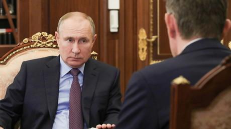 Le président russe Vladimir Poutine écoute le ministre du Développement économique Maxim Reshetnikov lors d'une réunion à Moscou (Russie), le 4février 2021 (image d'illustration).