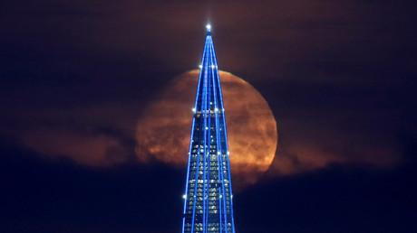 La Lune aperçue derrière la tour d'affaires du centre Lakhta à Saint-Pétersbourg, le 7 février 2020 (image d'illustration).