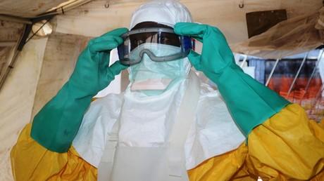 Un médecin équipé de protections afin de soigner des malades atteints du virus Ebola à Conakry (Guinée), le 28 juin 2014 (image d'illustration).
