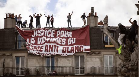 Les militants de Génération Identitaire pendant une manifestation contre le racisme, place de la République, le 13 juin 2020