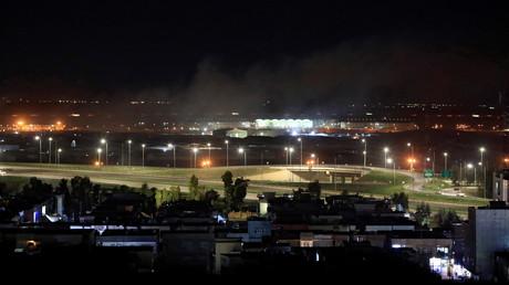 Un panache de fumée émane de l'aéroport de la ville irakienne d'Erbil après un tir de roquette, le 15 février 2021.
