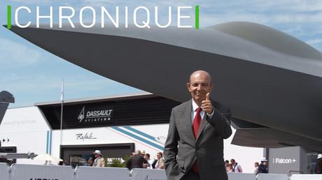 Le Président-directeur général de Dassault Aviation Eric Trappier pose devant la maquette du Système de combat aérien futur (SCAF), au salon du Bourget à Paris en 2019 (image d'illustration).