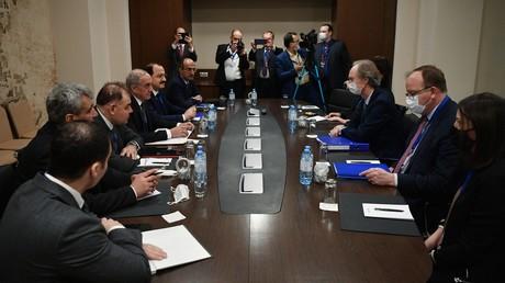 Rencontre des représentants de la délégation syrienne avec l'envoyé spécial du secrétaire général de l'ONU pour la Syrie Geir Pedersen dans le cadre de la 15e Rencontre internationale sur la Syrie au «format Astana».