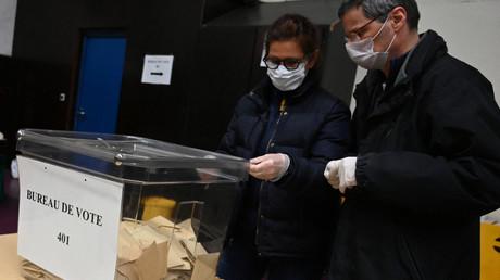 Une urne contenant des bulletins de vote lors des élections municipales, à Strasbourg, le 15 mars 2020 (image d'illustration).