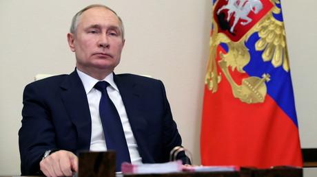 Le 17 février, le président russe Vladimir Poutine participe à une visioconférence avec les chefs des partis représentés au Parlement.