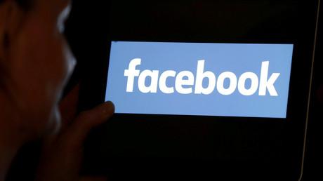 Le logo Facebook s'affiche sur une tablette (image d'illustration).