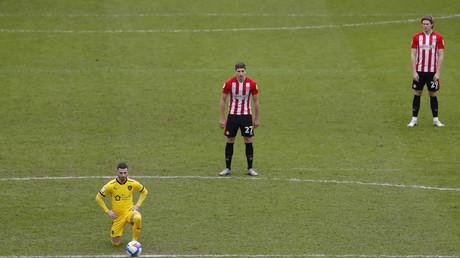 Les joueurs de Brentford restent debout lors de leur match contre Barnsley, le 14 février 2021.