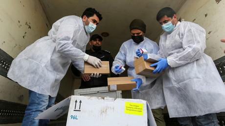 À Gaza, le 17 février, plusieurs palestiniens jettent un premier coup d'œil aux vaccins contre le Covid-19 fournis par les autorités russes, venant tout juste d'arriver.