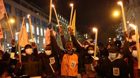 Le 18 décembre 2020, des migrants et réfugiés manifestent à Paris et appellent à la régularisation des «sans papiers».