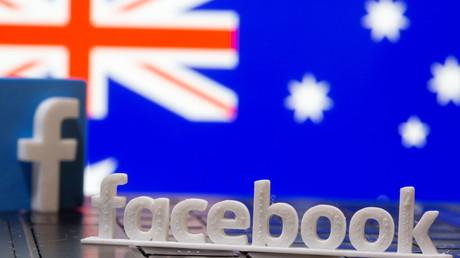 Le logo de Facebook face au drapeau australien, le 18 février 2021.
