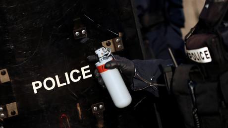 Un policier tient une grenade lacrymogène lors d'une manifestation des Gilets jaunes à Paris, le 16février 2019 (image d'illustration).