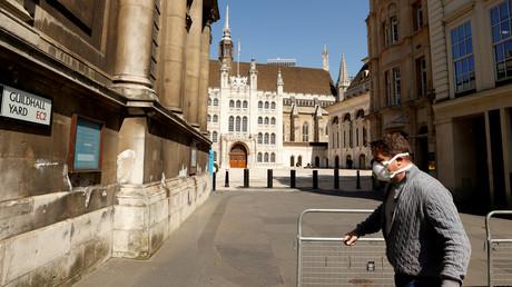 Un homme porte un masque devant la Guildhall School of Music and Drama, une école supérieure de musique et d'art dramatique de Londres, le 14 avril 2020 (image d'illustration).
