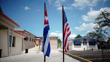 Les drapeaux cubain et étatsunien à La Havane, Cuba (image d'illustration).