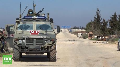 Le 22 février, les forces gouvernementales russes et syriennes ouvrent des couloirs humanitaires à Sarmin (Syrie).
